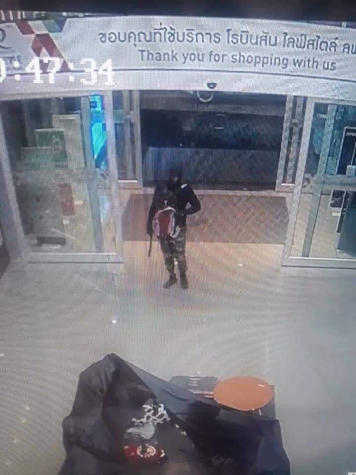 โจรปล้นร้านทอง โรบินสันลพบุรี โดนยิงหลายคน ตอนนี้เสียชีวิตแล้ว 5 คน และมีที่บาดเจ็บอีก น่ากลัวมากๆ มีเด็ก 2-3 ขวบโดนยิงเสียชีวิตน่าสงสารมากๆๆ ส่วนคนร้าย 2 คนหนีไปได้ ตอนนี้ยังจับตัวไม่ได้ค่ะ โหดร้ายเกินไปแล้ว #ที่ไหนก็ไม่ปลอดภัย #บ้านเมืองอยู่ยากขึ้นทุกวัน #ขอแสดงความเสียใจกับผู้เสียใจชีวิตด้วยค่ะ #โจรปล้นร้านทองโรบินสันลพบุรี